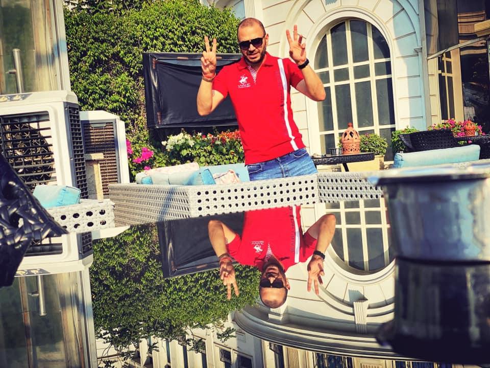مصطفى النفياوي يلتقط صورة في الكمبنسكي