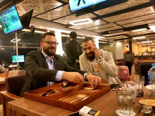 مصطفى النفياوي يلعب الطاولة مع الكابتن محمد طلعت